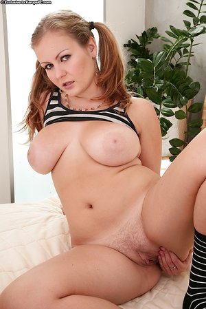 Teen solo girl unveils her nice boobs before toying her twat