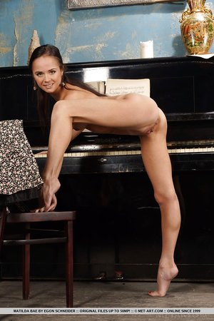 Flexy young pianist spreads legs for bare upskirt peels off bare at the piano