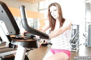 Slender sporty stunner Kiera Winters undressing and toying her slit in the gym
