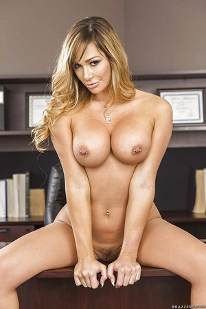 Big-tit model with amazing body Destiny Dixon is getting naked