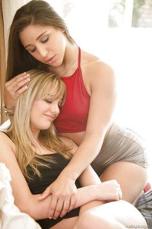 Lesbian chicks Kenna James & Abella Danger for facesitting & pussy frigging