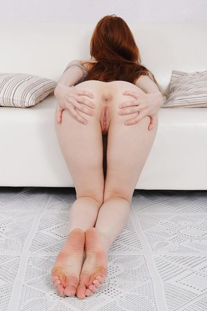 Ginger Jia Lissa spreads her ass-cheeks very wide and shows her pooper