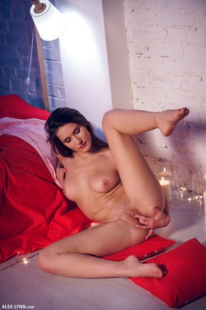 Luxurious Elina spends romantic evening pawing her trimmed snatch