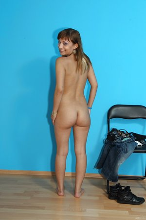 Youthful Kendra quickly undresses at casting and poses nude for her very first pics